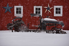 Coche viejo contra granero rojo en invierno Fotografía de archivo libre de regalías
