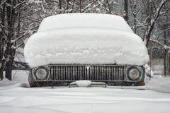 Coche viejo cubierto con nieve Fotografía de archivo