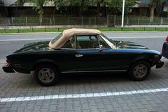 Coche viejo del cabriolé de Fiat en la calle imagen de archivo