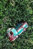 Coche viejo del juguete en la hierba Imágenes de archivo libres de regalías