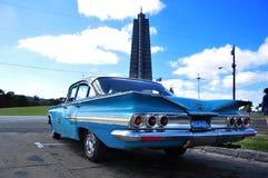 Coche viejo en el cuadrado simbolic de la revolución en La Habana fotografía de archivo libre de regalías