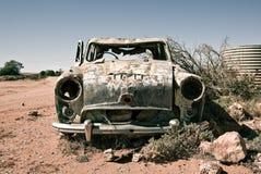 Coche viejo en el desierto Imagen de archivo
