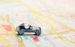 Coche viejo en mapa Fotografía de archivo