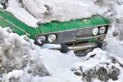Coche viejo en nieve Imagen de archivo libre de regalías