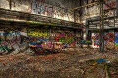 Coche viejo en un pasillo abandonado Fotos de archivo