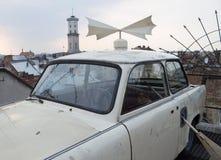 Coche viejo en un tejado en el centro de Lviv Fotos de archivo