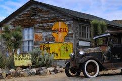 Coche viejo en una almecina del pueblo fantasma fotografía de archivo