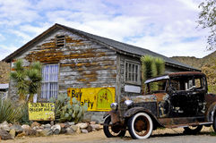 Coche viejo en una almecina del pueblo fantasma Imagen de archivo