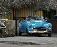 Coche viejo en Varadero Foto de archivo