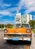 Coche viejo estacionado en el cuadrado de la revolución en La Habana Imagen de archivo libre de regalías