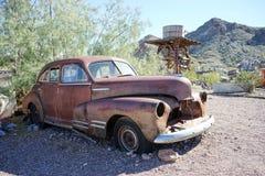 Coche viejo oxidado en el desierto Foto de archivo libre de regalías