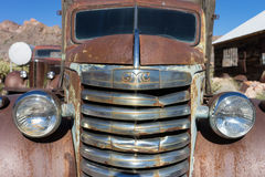 Coche viejo oxidado en el desierto en Nevada Foto de archivo libre de regalías