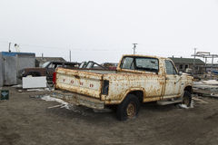 Coche viejo oxidado en la carretilla, Alaska Fotos de archivo libres de regalías