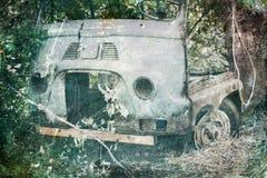 Coche viejo que aherrumbra en bosque Imagen de archivo libre de regalías