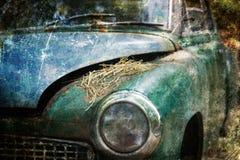 Coche viejo que aherrumbra en bosque Foto de archivo libre de regalías