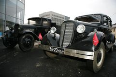 Coche viejo retro Volga GAZ - M1 y GAZ - AA, el ` famoso del polutorka del ` Imagen de archivo