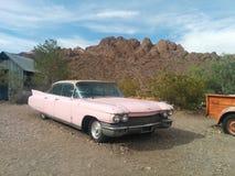 Coche viejo, rosado de Cadillac en el desierto imagen de archivo libre de regalías