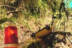 Coche volcado en zanja. Imagenes de archivo