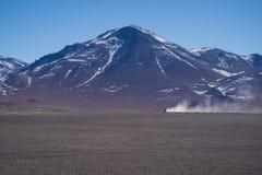 coche 4wd en el parque nacional de Abaroa en Bolivia imagen de archivo