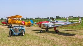 Coche y aeroplanos del vintage Fotografía de archivo
