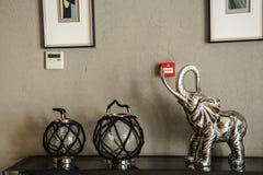 Coche y chiar en el pasillo de un hotel Foto de archivo