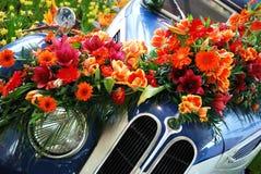 Coche y flores históricos Foto de archivo libre de regalías