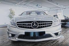 Coche y logotipo de Mercedes Benz Foto de archivo