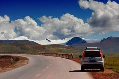 Coche y montañas Fotos de archivo libres de regalías