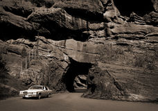 Coche y túnel de la roca Fotos de archivo libres de regalías