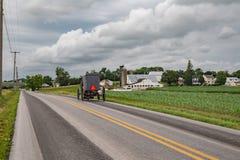 Cochecillo de Amish en una carretera nacional Fotos de archivo