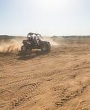 Cochecillo de RC en el desierto fotos de archivo
