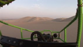 Cochecillo en dunas, Perú almacen de metraje de vídeo