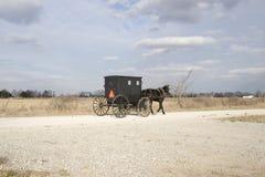 Cochecillo y campo de Amish Imagen de archivo libre de regalías