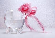 Cochecito cristalino recién nacido con el arqueamiento de la cinta foto de archivo