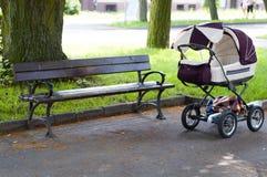 Cochecito de niño en el parque Fotos de archivo libres de regalías