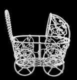 Cochecito pintado blanco del alambre, cierre del carro de bebé para arriba, fondo aislado, negro Imagenes de archivo