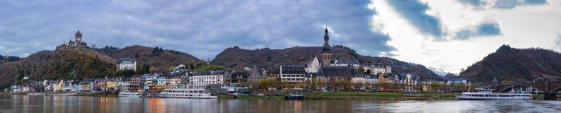 Cochem bypanorama med den Moselle flodstranden Arkivfoto