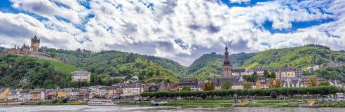 Cochem imperialistisk slott på backen och den Moselle floden Royaltyfria Bilder