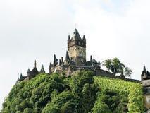 Cochem Keizerkasteel op groene heuvel in Duitsland Stock Foto