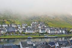Cochem miasto w ranek dzień pokrywie mgłą zdjęcie stock