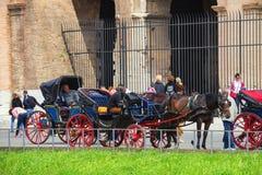 Cocheros que se sientan en las sillas, tiradas por un caballo en Roma, Italia imágenes de archivo libres de regalías