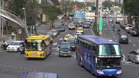 coches aéreos y motos del tráfico 4K que conducen en la ciudad de Taipei del camino del día metrajes