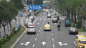 coches aéreos y motos del tráfico 4K que conducen en la ciudad de Taipei del camino del día almacen de metraje de vídeo
