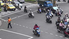 coches aéreos y motos del tráfico 4K que conducen en la ciudad de Taipei del camino del día almacen de video