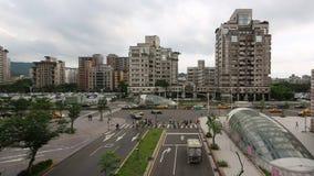 Coches aéreos y motos del tráfico que conducen en el camino en Taipei cerca del metro metrajes
