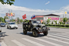 Coches adornados con las banderas que conducen alrededor de las calles de la ciudad en celebra Fotos de archivo