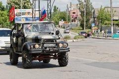 Coches adornados con las banderas que conducen alrededor de las calles de la ciudad en celebra Fotos de archivo libres de regalías