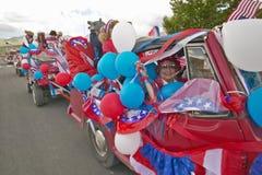 Coches adornados en rojo, blanco y el azul para el desfile del Día de la Independencia, en Lima Montana imagen de archivo libre de regalías