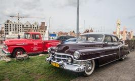 Coches americanos clásicos Cadillac y furgoneta de Chevrolet fotos de archivo