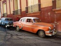 Coches americanos del vintage parqueados en Santiago de Cuba Fotografía de archivo libre de regalías